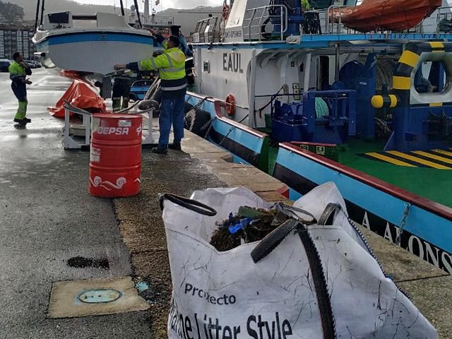 La Autoridad Portuaria realiza una limpieza de la lámina de agua en la dársena pesquera